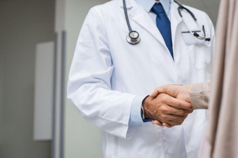 der Arzt wird behandelt