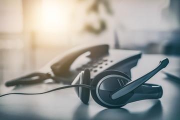 Kopfhörer und Telefon