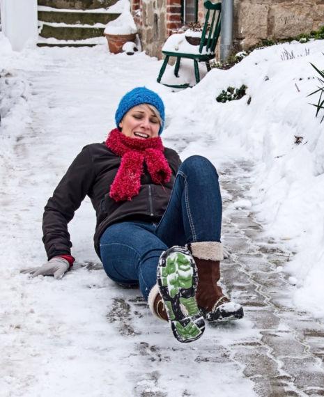 Die Frau wirbelte auf dem Eis herum